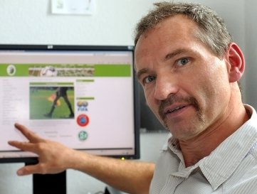 """<p class=""""artikelinhalt"""">Jens Stahlmann ist nicht nur Vorsitzender seiner Fraktion, sondern als Schiedsrichter auch Chef auf dem Fußballplatz.</p>"""