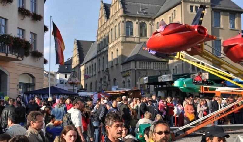 Das Bürgerfest in Reichenbach lockte Tausende auf die Straßen der Neuberinstadt. Manchmal, so wie hier am Samstag auf dem Postplatz, gab es kaum ein Durchkommen.