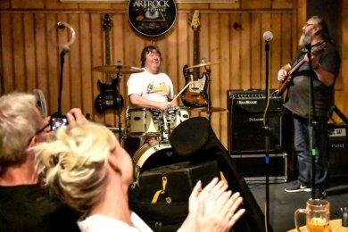 """Familiärer geht es nicht: Für eine Festivalbesucherin aus Wismar spielten Veranstalter Uwe Treitinger am Schlagzeug und Thomas Bartlog an der Gitarre im """"Bergkeller"""" ein """"Happy Birthday""""."""