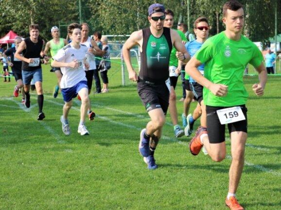 Der spätere Sieger über 5 Kilometer, Christoph Männel (blaues Trikot), zeigte sich beim Start gleich mit vorn.