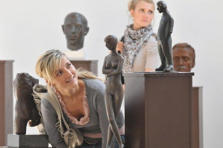 Ausstellung 2011 mit Arbeiten von Gottfried Kohl in der Petrikirche Freiberg: Mandy Moncsek und Tina Böhme (von vorn) beim Betrachten von Bronzeplastiken des Freiberger Künstler.