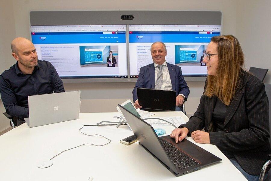 """Enrico Korb (links) entwickelt Lernprogramme, Hochschuldirektor Lutz Neumann und seine Stellvertreterin Katja Born nutzen sie als """"Blaupause"""" des digitalen Lernens."""