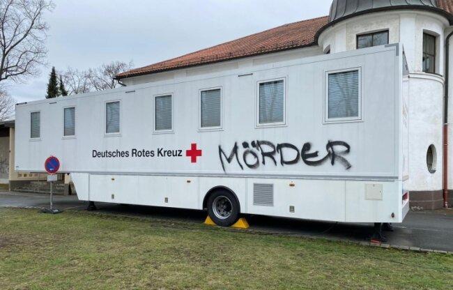 Dieses rollende Impfzentrum des DRK, umgangssprachlich Impfbus genannt, wurde in Oelsnitz beschmiert. Foto: DRK Sachsen