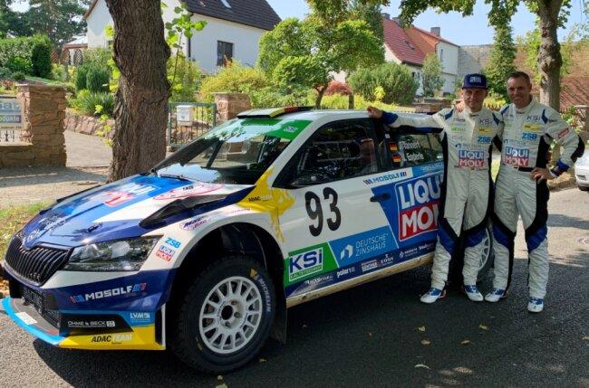 Julius Tannert (mit Basecap) und Beifahrer Jan Enderle nehmen das erste von sechs Rennen der diesjährigen Deutschen Rallye-Meisterschaft optimistisch in Angriff.