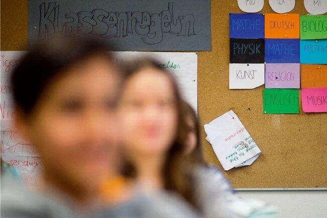 Klassenregeln und ein Stundenplan hängen in einer Schule an der Wand: Ab welcher Klassenstufe sollen Schüler in Sachsen künftig auf Gymnasium gehen?