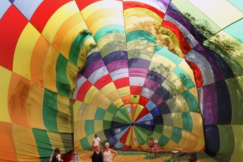 """Ein Spaziergang in einer Ballonhülle ist eigentlich ein """"No-Go"""". Die Gefahr der Beschädigung wäre viel zu groß. Diese Hülle hat schon ausgedient, wird nur noch mal am Boden befüllt, um die Größe zu demonstrieren."""