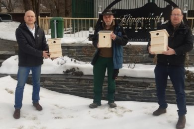 Jürgen Lenk (links), Initiator der Vogelhaus-Aktion für den Tierpark, mit Tino Richter (Mitte) und Carsten Förster vom Tierparkförderverein.