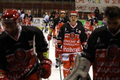 Eispiraten-Kapitän Felix Thomas (Mitte) und seine Mitspieler gingen am Sonntag als Verlierer vom Eis. Bereits am Dienstag, 20 Uhr können sie es an gleicher Stelle gegen Bayreuth wieder besser machen.