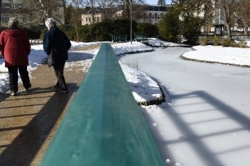 Spaziergänger in Bad Elster genossen frühlingshafte Temperaturen - nach eisigen Tagen, die die Gewässer zufrieren ließen.