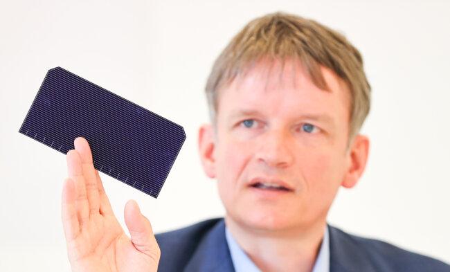 Mehr Energie aus der Sonne: Meyer-Burger-Chef Gunter Erfurt mit einer neu entwickelten Solarzelle. Nach der Pleite von Solarworld steht die Solarindustrie vor einem Comeback in Freiberg.