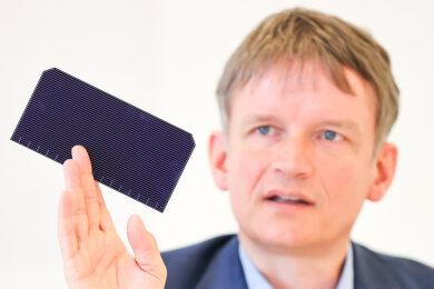 Meyer-Burger-Chef Gunter Erfurt mit einer neu entwickelten Solarzelle. Nach der Pleite von Solarworld steht die Solarindustrie vor einem Comeback in Freiberg.