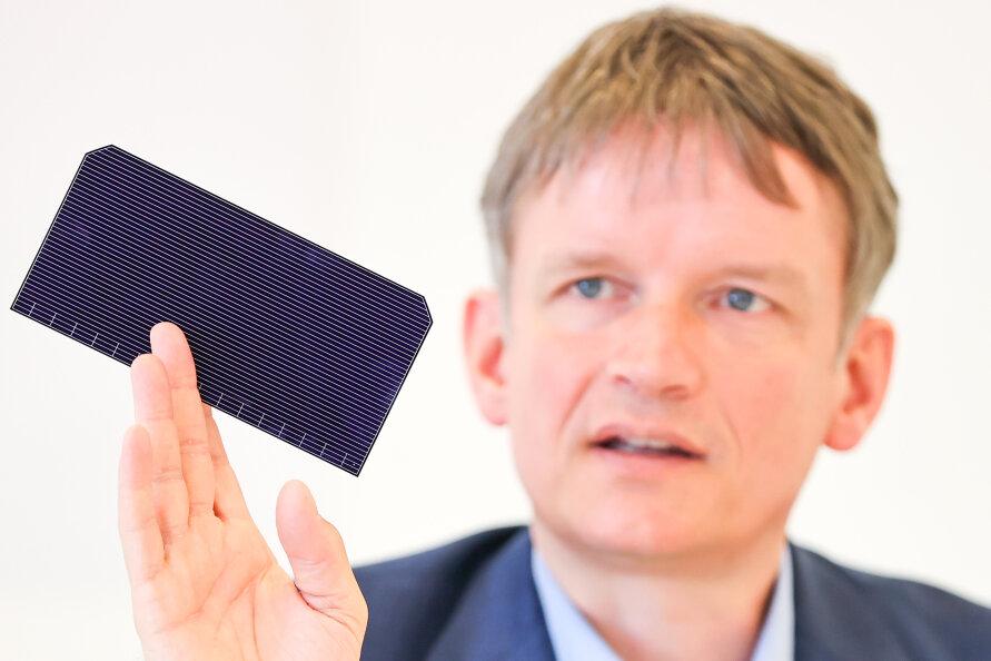 Meyer-Burger-Chef Gunter Erfurt mit einer neu entwickelten Solarzelle.