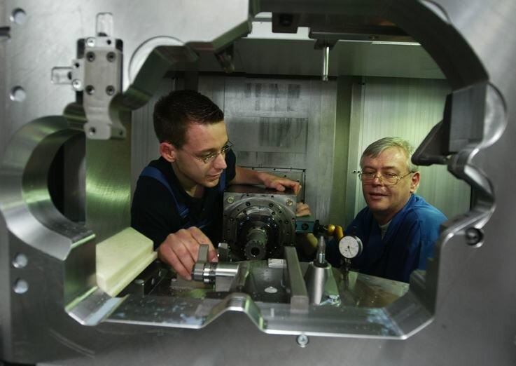 """<p class=""""artikelinhalt"""">Die Industriemechaniker Rick Schüller (links) und Joachim Walter beim Einrichten der Koordinaten eines Bearbeitungszentrums, das die Wema für die Automobil-Zulieferindustrie entwickelt hat.  </p>"""