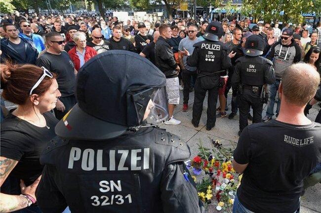 Am späten Nachmittag machte ein nicht angemeldeter Demonstrationszug mit bis zu 1000 Teilnehmern auch Station am Tatort in der Chemnitzer Innenstadt, wo in der Nacht zum Sonntag ein 35-Jähriger bei einer Messerstecherei tödlich verletzt worden war. Zu Tathergang und Auslöser gibt es noch keine abschließenden Ermittlungsergebnisse. Die Polizei versuchte, die aufgeheizte Stimmung unter Kontrolle zu behalten.