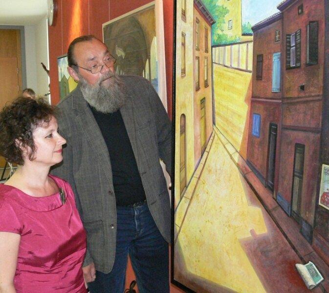 """""""Der Zirkus war da"""" gehört zu den Lieblingsbildern von Meike Georgi. Gemeinsam mit Jürgen Szajny lässt sie das Gemälde vor der Ausstellungseröffnung noch einmal auf sich wirken."""