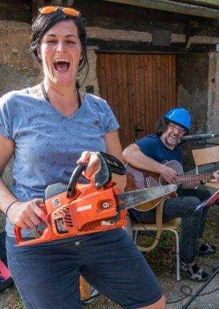 Am Kupferhammer nutzten Thomas Häntsch und Isabelle Ulbricht eine Motorsäge zum Musizieren.