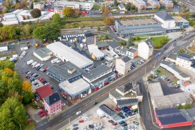 Links neben dem rosafarbenen Haus (unten im Bild), laut Planungsunterlagen in der Baumgruppe, soll die Turnstraße von der Hofer Straße abzweigen. Sie wird von oben (rechts neben der Autowaschanlage, im Bild links oben) herangeführt. Die Durchfahrt am Stadtbad wird indes gekappt.
