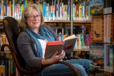 """Silke Dost, Leiterin der Zschopauer Stadtbibliothek, liest in Bijan Moinis Werk """"Der Würfel""""."""