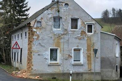 Ein Sattelzug hat am Morgen des 30. November die Wand dieses Hauses in Raasdorf gerammt. Es steht an der Kreuzung Alte Schönecker Straße/Am Neunmühlental, einem neuralgischen Punkt in der Ortsdurchfahrt.