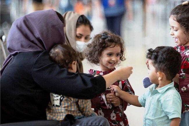 In Deutschland haben allein im ersten Halbjahr 2021 knapp 7600 Menschen aus Afghanistan Asyl beantragt. Im Bundestagswahlkampf spielt die Thematik Asyl/Migration bislang nur eine untergeordnete Rolle.