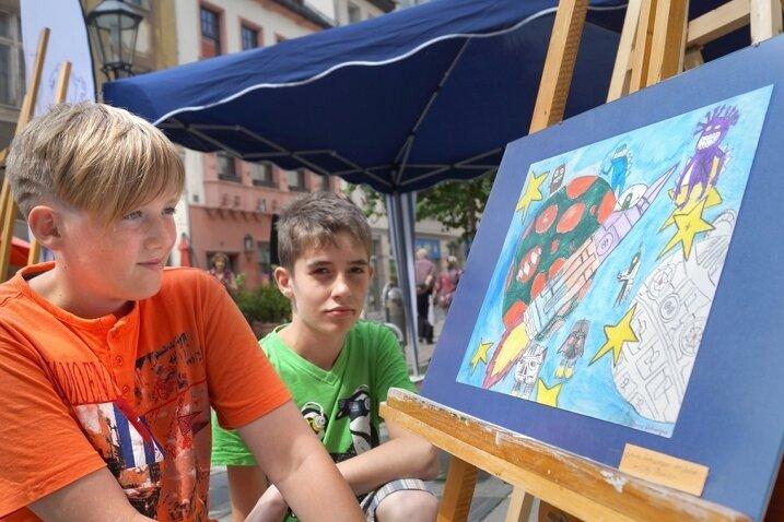 """Vor dem Jugendtreff """"City Point"""" zeigten Bruno Viehweger (links) und Leon Blauhut ihre Sichtweise auf die Sterne."""