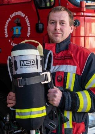 Feuerwehrmann Daniel Schneider zeigt neue Atemschutzausrüstung.