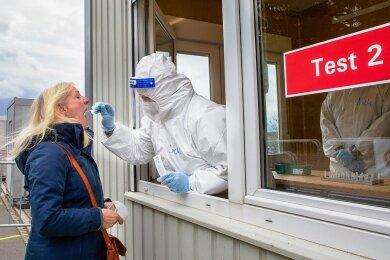 Das Schnelltestzentrum Augustusburg hatte am Dienstag offiziell seinen Betrieb aufgenommen. Auch Bärbel Groschupf nutzte die Testmöglichkeit, brauchte dazu nur wenige Minuten.