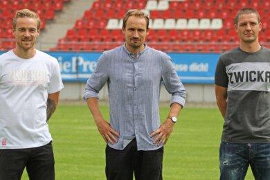 Nils Butzen (l.) und Adam Susac (r.) zusammen mit FSV-Sportdirektor Toni Wachsmuth.