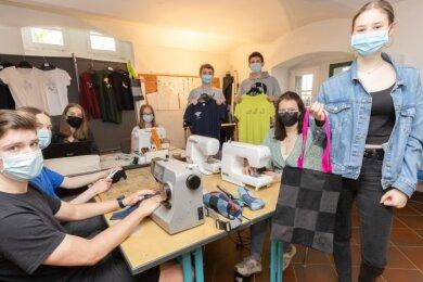 Die Mitglieder der Schülerfirma Upbag aus dem Landkreisgymnasium St. Annen verwandeln unter anderem alte Jeans in neue Produkte wie Taschen. Stephanie Veith (r.) zeigt ein solches Exemplar. Mit ihrer Firma gewannen die Schüler den Landeswettbewerb und starten nun auf Bundesebene.
