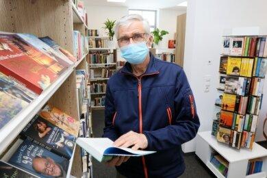 Leser Peter Viehweger hat gleich in den neuen Büchern gestöbert und sich Biografien von Bernd Stelter und Täve Schur herausgesucht.