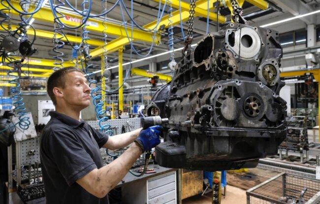 David Häußer bei der Demontage eines Dieselaggregats in den Wolfswerken Sachsen in Wolfspfütz. Rund 4000 gebrauchte Motoren werden hier pro Jahr industriell aufbereitet.