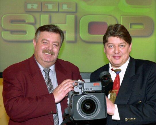 """2001: Die Moderatoren des Teleshopping-Kanals """"RTL Shop"""", Harry Wijnvoord und Walter Freiwald, auf einer Pressekonferenz in Köln vor dem Logo ihrer gleichnamigen Sendung."""