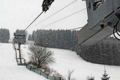 Wegen der Corona-Schutzverordnung steht der Skilift in Holzhau still. Am Sonntag war er kurz in Betrieb. Laut Betreiber Alexander Richter wollte er die Anlage potenziellen Investoren vorführen.