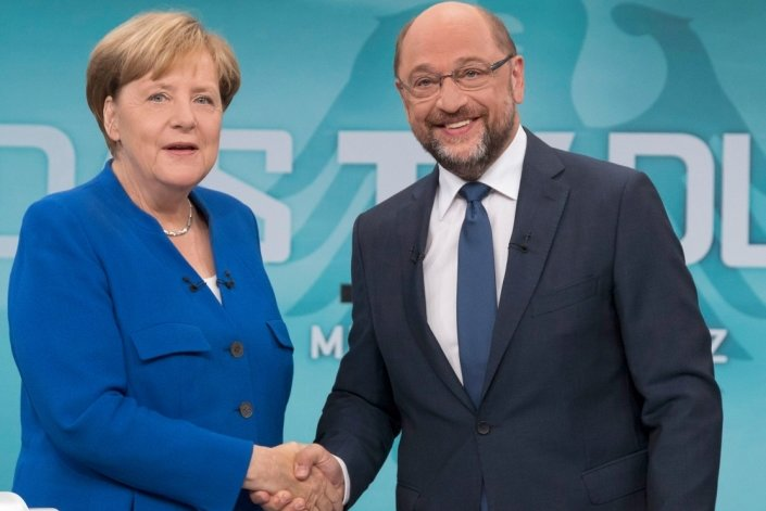 Bitte recht freundlich: Bundeskanzlerin und CDU-Vorsitzende Angela Merkel und der SPD-Kanzlerkandidat und SPD-Vorsitzender Martin Schulz beim Handschlag vor Beginn des TV-Duells.