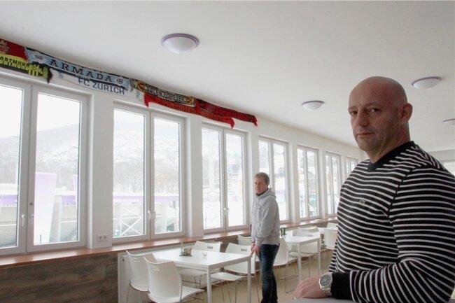"""Marcel Grimpe (rechts) als Betreiber des """"Stadionblicks"""" und der Fanbeauftragte Heiko Hambeck unterstützen das Projekt """"Fankneipe""""."""