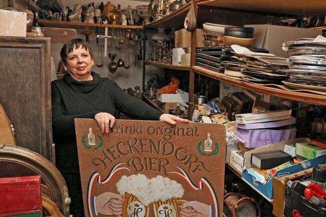 Umgeben von Requisiten: Karina Wolf an ihrem Arbeitsplatz im Gewandhaus.