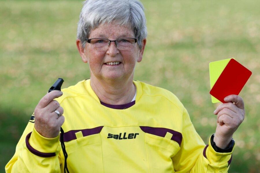 Kann kaum erwarten, dass sie Spiele leiten darf: Gabriele Illgen vom TuS Falke Rußdorf. Die 65-Jährige engagiert sich seit vielen Jahren für den Fußballsport und erhielt dafür 2016 den DFB-Ehrenamtspreis.