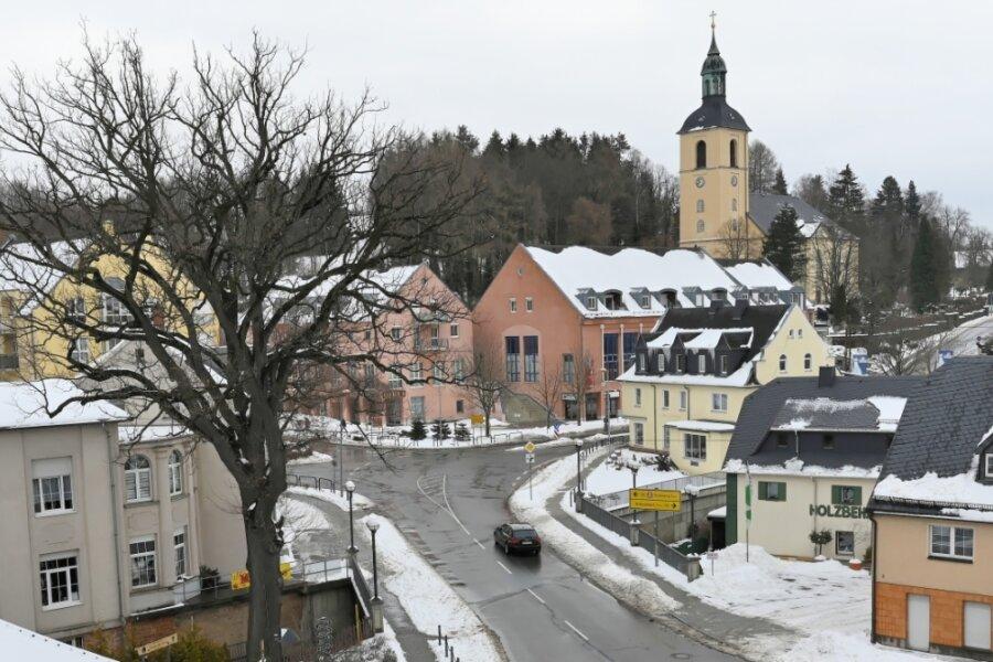 Ein Blick aus dem Thalheimer Rathaus: An der Kreuzung treffen die Chemnitzer, die Stollberger Straße und die Hauptstraße aufeinander. Das Landesverkehrsamt will den Knotenpunkt umbauen. Bis vor kurzem wurde auch eine Ampellösung in Betracht gezogen. Doch die Stadt wollte immer einen Kreisverkehr.