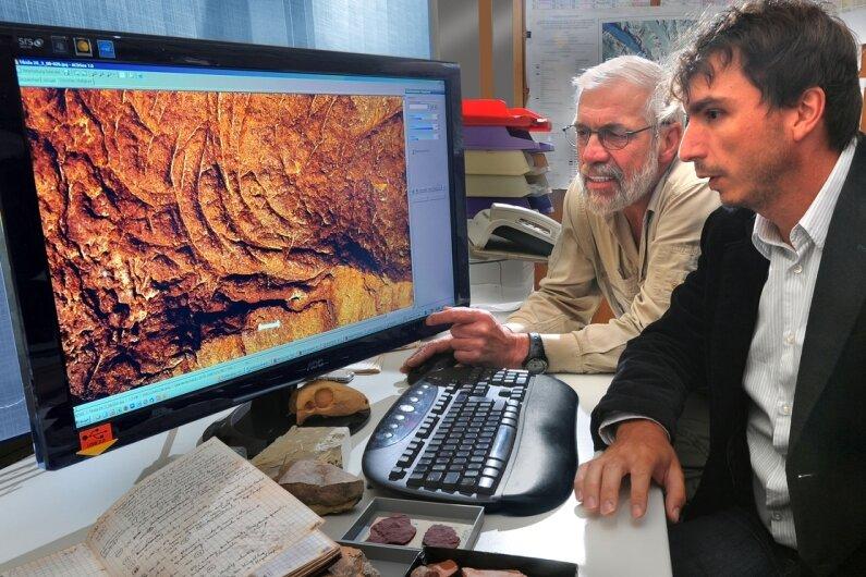 Sichelförmige Spuren im Flusssandstein des Atlas-Gebirges in Marokko ließen Sebastian Voigt (vorn) und Jörg Schneider staunen. Die Vielzahl der Funde spricht für eine gesellig unter der Erde lebende Saurierart.
