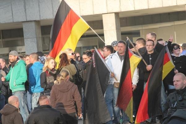 500 Menschen haben am Samstag in Chemnitz gegen die derzeitige Asylpolitik protestiert.