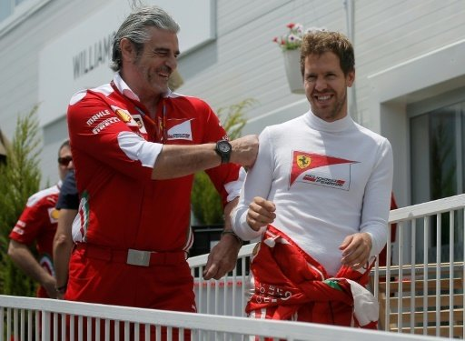 Maurizio Arrivabene (l.) glaubt an Sebastian Vettel