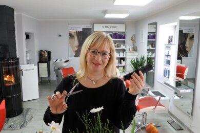 Daniela Weinhold, die einen Salon in Hohenstein-Ernstthal führt, hat sich für den Neustart am Montag extra schulen lassen.