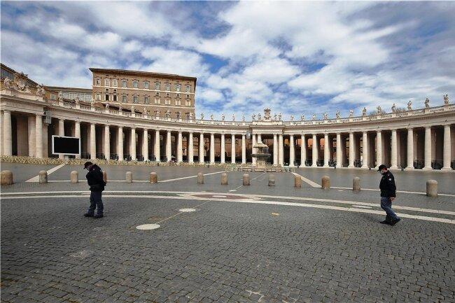 Fast menschleer: der Petersplatz im Vatikan kurz vor Ostern. Auch die vatikanischen Museen sind geschlossen. Die Pandemie hat deren Einnahmen einbrechen lassen und im vergangenen Jahr in der Vatikankasse zu einem Defizit von rund 50 Millionen Euro geführt.