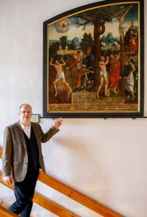 Wolfgang Blaschke vor dem restaurierten Epitaph des Malers Antonius Heusler, eines der wertvollsten Stücke der musealen Sammlung.