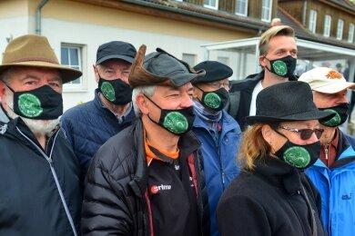Sie wünschen sich, dass es mit dem Vorhaben doch noch vorangeht: die Mitglieder der Initiative Striegistalradweg. In der Pandemie werben sie mit eigens angefertigten Gesichtsmasken für ihr Anliegen.