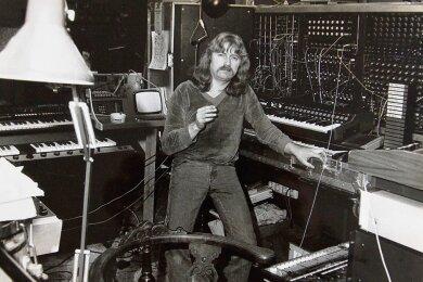 Eine Nummer zu groß für Mick Jagger: Reinhard Lakomy an seinem Moog-Modularsystem im Berliner Privatstudio.