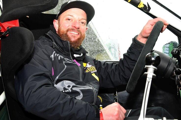 Bis 2004 sah der Lenker noch anders aus, wenn Silvio März ein Motorsport-Rennen bestritt. Der Chemnitzer fuhr jahrelang Rennmotorräder, jetzt ist er zum Rallyesport gewechselt.