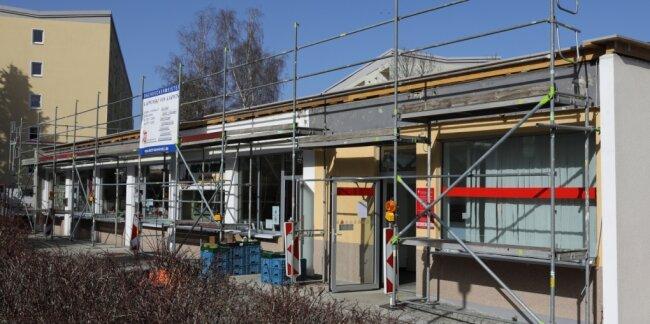 Noch verdecken Gerüste den Blick auf die Geschäfte an der Buswendestelle im Schwarzenberger Stadtteil Heide.