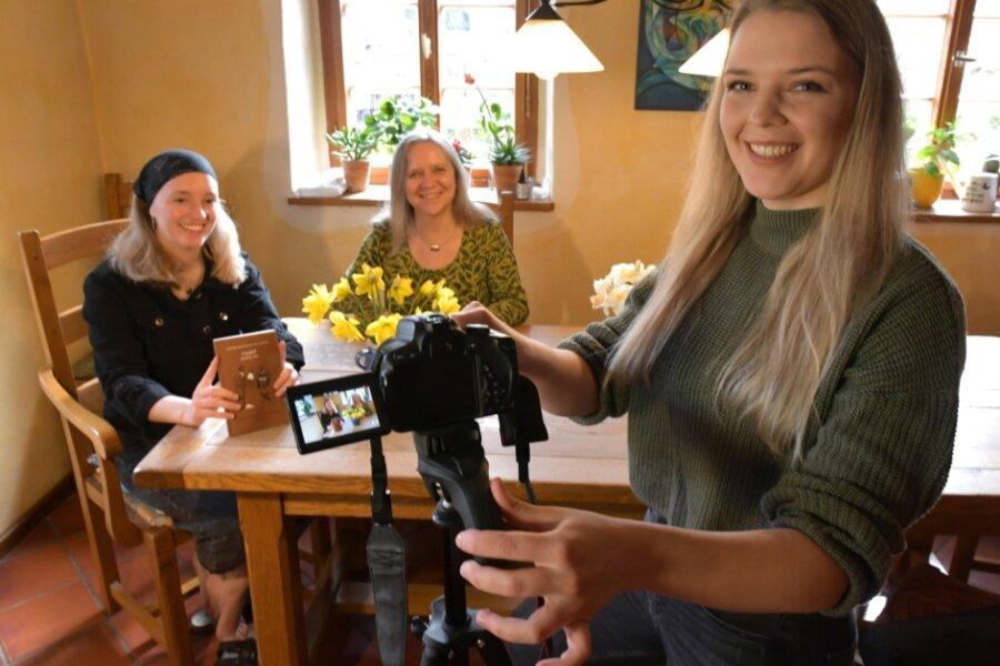 """Luise, Susanne und Sophie Peupelmann (v.l.) aus Krummenhennersdorf haben Goethes """"Osterspaziergang"""" in Szene gesetzt."""