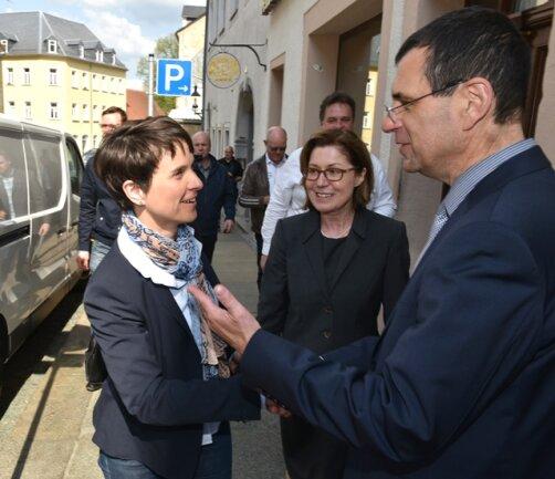 Frauke Petry (links) wurde gestern von Büroleiter Wolfram Kanis und der Landtagsabgeordneten Karin Wilke in Freiberg begrüßt.